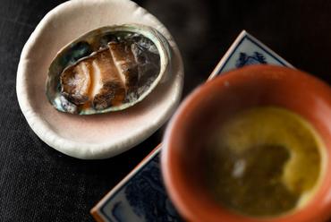鮑の肝と西京味噌のソースでしゃぶしゃぶして味わう『鮑のしゃぶしゃぶ』