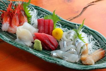 鮮度抜群の魚介をおまかせで。『お造りの盛り合わせ』3人前