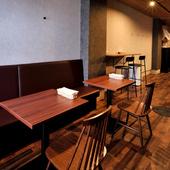 二人用のテーブル席やカウンター席があり、デートに最適