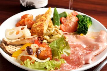 少量多種の料理によって、メイン料理への序章に最適『前菜の盛り合わせ』
