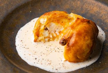 高まる魚の旨みを王道フレンチで『一週間熟成させた山口県産天然鯛のパイ包み焼き ブールブランソース』