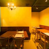シャンデリアの灯に包まれたテーブル席は、ムードも満点