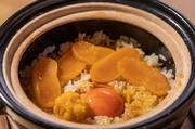 瀬戸内で水揚げされるボラの子を一度干し味噌漬け。その際、満月の時に採取した海底湧水で製塩する山口県・牛島のまろやかな塩で「カラスミ」をつくります。土鍋で炊くことでお米一粒ずつに旨みが凝縮されています。