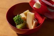 鹿児島の阿久根市から京都まで、旬の産地より直送されます。歯触りが良く炊いた後も豊かな香りを感じられる朝堀りの「筍」。6年物の蔵囲昆布と鮪節を広島の湧き水で引いた「だし」が「筍」の持ち味を引き出します。