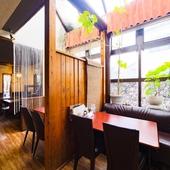 個人宅のような半個室的スペースも。天窓から陽光が降り注ぎます