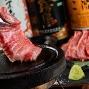 生でも食べられるくらい新鮮な黒毛和牛の、希少部位「ざぶとん」を豪快にステーキで。自分好みの焼加減で、ニンニク醤油、わさび、岩塩でいただきます。