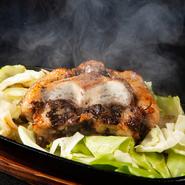 圧力なべを使って一度やわらかくしたテール肉を、鉄板で豪快に焼きます。黒毛和牛のジューシーさが堪能できる一品。酸味のある特製ダレでいただきます。