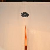 紋をあしらった美しい暖簾