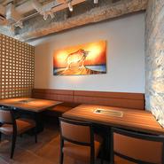 白い壁にウッド調のインテリアが映える店内は、リゾート感漂う心地よい雰囲気。素材にこだわった本格的な焼肉やカフェメニューをリーズナブルな価格で楽しめるので、シーンを問わず活躍してくれます。