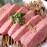 ステーキのようにどっしりと厚みのあるカットで提供。タンの旨みがしっかり味わえます。