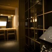 ビルの一室に広がる静謐な空間で、滋味豊かな料理の数々を楽しむ