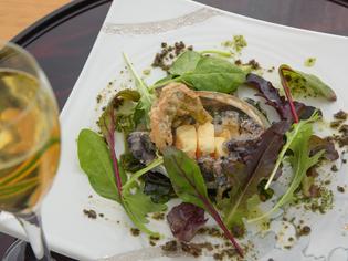 シェフの焼き技と和洋が融合した風味を堪能する『鮑の鉄板焼』