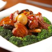甘辛く濃厚なおいしさ『皮付き豚バラ肉の柔らか煮』