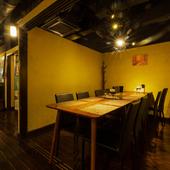 柔らかな灯りの下で、食事が進み会話が花咲く