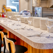 キッチンを眺められる、臨場感溢れるカウンター席