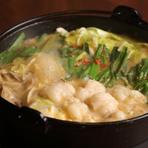 新鮮な国産牛もつと朝採れ野菜を自慢のスープで楽しむ本格『もつ鍋』。スープは、濃厚な味わいが人気の「こく味噌」、スッキリと香ばしい風味の「だし醤油」、女性にも好評の「黒こしょう塩」の3種類から選べます。
