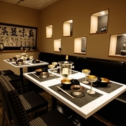 店内には小澤氏が収集した、九谷焼作家でもあり人間国宝でもある徳田八十吉氏の彩釉磁器が飾られています。また使用している食器は、特注でつくられたオリジナル品が多数使われています。