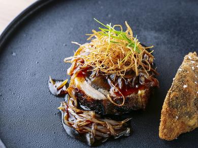 北京の人気食材と名物を組み合わせた『白神ラムとなまこのネギソース煮込み』