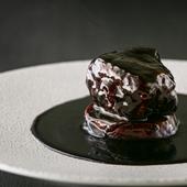 見た目は濃厚ながら、漢方三元豚の肩ロースの味わいを活かした『黒酢の酢豚』