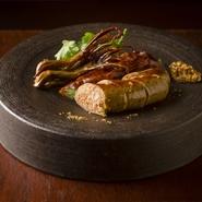 自家製の中華シャリュキュトリの盛り合わせは、前菜として提供される定番の逸品。羊のウイグルソーセージ、豚大腸のネギパリパリ揚げ、鴨舌の燻製はどれも食べ応えがあり、お酒がすすむ味わいです。