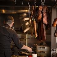 ベーコンやソーセージ、鴨舌などの中華シャルキュトリは自家製。スパイスで煮込む作業から燻製、乾燥までのすべての工程を店で行っています。前菜として提供するほか、炒め物にも欠かせない食材です。