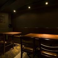 バーの居抜きを利用した10坪強の空間は、華美な装飾がありません。シンプルで落ち着きがある雰囲気が漂っているため、【南三】の唯一無二の料理の世界に没頭できるはずです。