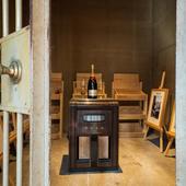 当時の金庫室はワインセラーや写真の展示など、ギャラリーに活用
