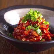 肉といくらの贅沢コラボを実現!人気のミスジの肉寿司にプチプチ食感が楽しいいくらをトッピング。肉の旨みと磯の香りが交じり合う美食の一貫です。おいしさ引き出すオリジナルブレンドの醤油で。