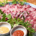 九州産の鯉を琵琶湖のきれいな水に放し、2ヶ月かけて丁寧に泥や砂を取り除いています。川魚特有の臭みがなく、コリコリとした歯ごたえが楽しめる一皿は、店オリジナルの「辛子酢みそ」でいただくのがオススメです。