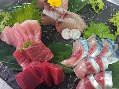 四季とりどりの鮮魚を使用する『刺身盛合せ』(1人前)