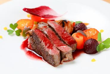 やさしい味のソースが旬魚によく合う『鮮魚のヴァプール ペルノー風味の野菜バターソース』