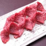 牛もも肉の表面を3秒づつ炙り、おろしポン酢につけていただく『牛もも肉3秒炙り』。アッサリとした味わいが女性のゲストにも大人気の逸品は、【金沢焼肉楽処万場】の名物メニューです。
