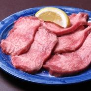 料理人イチオシの『牛上タン』は、鮮度の良さがおいしさの秘訣です。サックリとした歯ごたえに噛むほどにあふれる上質な味わい、贅沢な一皿を堪能してみませんか。