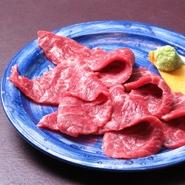 柔らかくサッパリとした味わいが特徴の『イチボ』。添え併せのワサビと併せてもおいしく食べられます。赤身肉の旨みを存分に感じさせてくれる一品です。