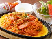 熱々の鉄板に溶き卵を流し入れ、パスタを乗せて仕上げる愛知県のご当地メニュー。昔懐かしいケチャップ味のナポリタンには、ハバネロソースと粉チーズが添えられ、自身の好みにアレンジが可能です。