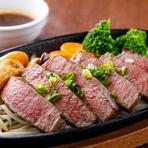 プロが目利きした肉をブロックで仕入れ、丁寧な下処理を施したステーキは、採算度外視のサービスメニュー。2種類のソースが用意されているものの、まずは肉本来の旨みを味わいたい一品です。