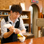 「お客様のニーズを把握し、先回りしてお応えするのが私たちの仕事です」との言葉どおり、常にゲスト目線の接客が信条。好みのドリンクや料理を楽しみながら、ゆったり過ごせる空間づくりを心がけています。