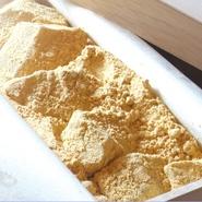 メニューにある『わらび餅』は、わらび粉と和三盆を加えた手づくり。プルプルの食感が人気です。また、うなぎはお持ち帰りもでき木箱に用意してくれるのでお土産や贈答用としても喜ばれています。