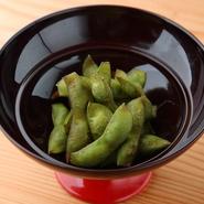 女将の北村さんの故郷・丹波の特産品である黒枝豆を蒸し焼きにしたつまみは、栗のように濃厚なコクのある甘さと旨みが特徴です。季節限定の味が楽しめます。