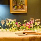 生花をあしらい、潤いを感じさせるテーブルセッティング
