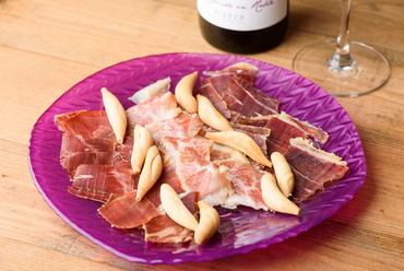 スペイン産の生ハム3種類を盛り合わせた『生ハム食べ比べ』