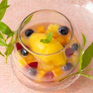 フルーツの白ワインとベルベーヌの香りのスープ仕立て マンゴージェラート添え