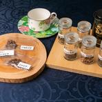 コースを締めくくるお茶でがっかりして欲しくないから、紅茶とコーヒーにもこだわる同店。府内の専門店からのコーヒーは現地で直接買い付けた豆も入荷するとか。コーヒーも紅茶も数種から香りを試して選べます。