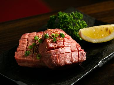 柔らかい食感がクセになる『極厚切牛タン塩 100g』