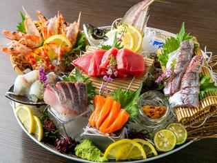 お造りや寿司で味わえる、長浜の市場から直送で届く旬の鮮魚