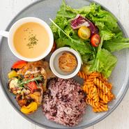 サラダ、お肉料理など、白米と黒米を合わせたご飯、スープが一つになった豪華なプレート。四季折々の旬野菜がたっぷり盛り付けられていて、ヘルシー志向の方にもオススメです。