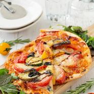 トマトやナス、ズッキーニ、パプリカなどの野菜に、3種のチーズをのせて焼いたヘルシーなピザです。