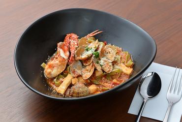 蟹、アサリ、貝の小柱など新鮮魚介をふんだんに使った『魚介のトマトパスタ』