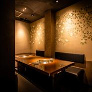 和モダンの設えが美しい、広々快適な個室を2部屋設え。各々4~8名様、2~6名様に対応します。幅広いビジネスシーンや親しい方とくつろぐ宴席に理想的な空間。人気が高いので、早めの予約がオススメです。