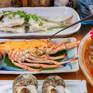 地元ならではの新鮮な魚介をふんだんに使用した料理を満喫できる【レストラン 海の幸】。毎朝店主自ら漁に出て獲ってくる季節の魚介を、刺身はもちろん、煮魚や焼魚、唐揚げなど、さまざまな料理で楽しめます。